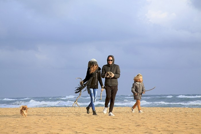 Semya plyazh osen more Family beach autumn sea 5760  3840 700x466 Семья, пляж, осень, море   Family, beach, autumn, sea