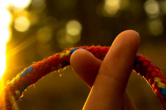 Verevka ruka paltsyi makro Rope hand fingers macro 5184  3456 700x466 Веревка, рука, пальцы, макро   Rope, hand, fingers, macro