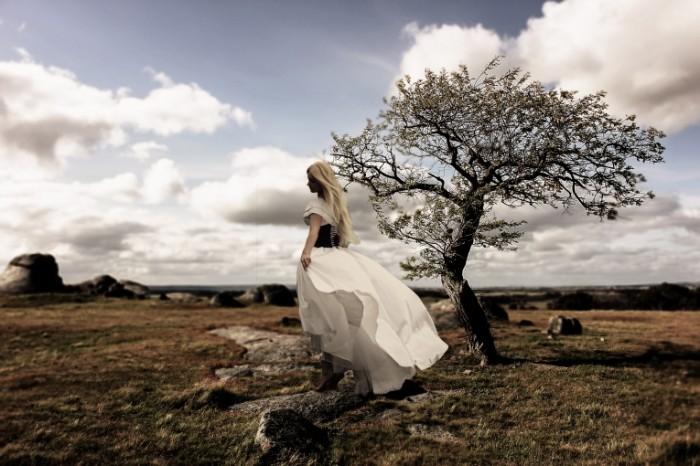 Devushka v plate na polyane Girl in a dress on a glade 5184  3456 700x466 Девушка в платье на поляне   Girl in a dress on a glade