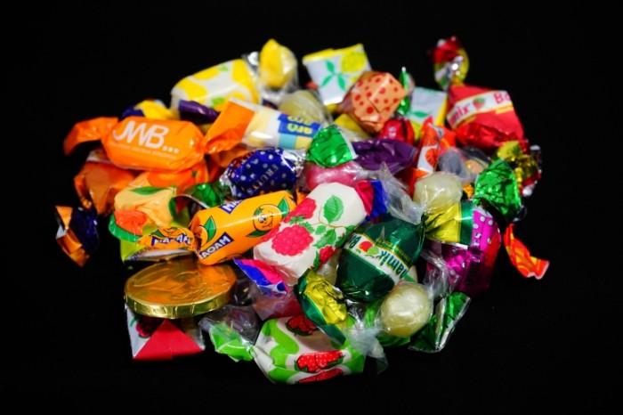 Konfetyi makro sladosti Sweets macro sweets 6000  4000 700x466 Конфеты, макро, сладости   Sweets, macro, sweets