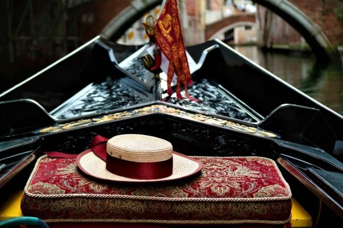 Venetsiya shlyapa gondola Venice hat gondola 5472  3648 700x466 Венеция, шляпа, гондола   Venice, hat, gondola