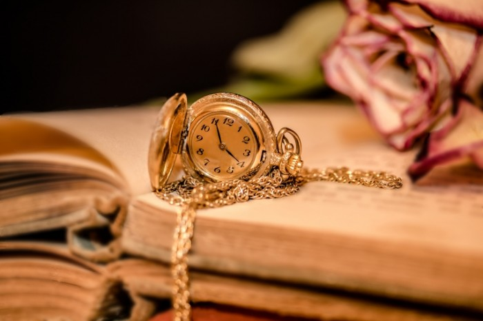 Zolotyie karmannyie chasyi vremya kniga Golden pocket watch time book 6000  4000 700x466 Золотые карманные часы, время, книга   Golden pocket watch, time, book