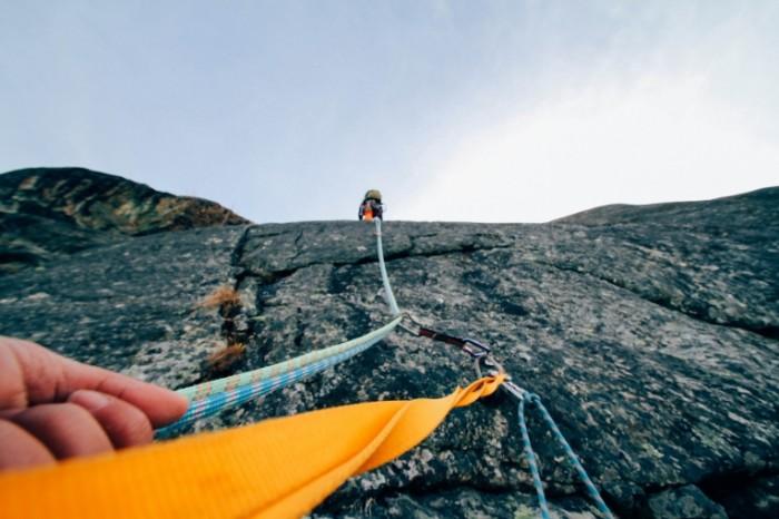 Alpinizm vzbiratsya vverh dostigat tseli Climbing climbing reaching the goal 5184  3456 700x466 Альпинизм, взбираться вверх, достигать цели   Climbing, climbing, reaching the goal