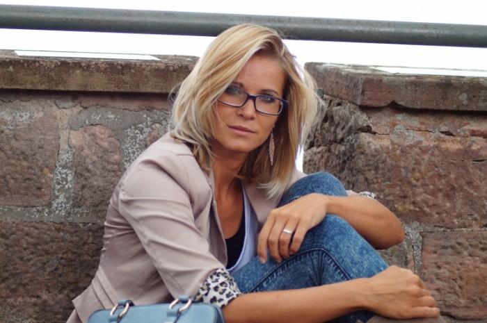 Blondinka gorodskoy stil devushka v ochkah Blonde urban style girl in glasses 5456  3632 700x465 Блондинка, городской стиль, девушка в очках   Blonde, urban style, girl in glasses