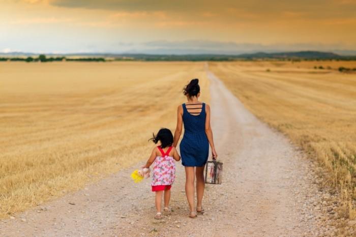 Doroga v pole devushka s rebenkom Road to the field a girl with a child 7360  4912 700x466 Дорога в поле, девушка с ребенком   Road to the field, a girl with a child