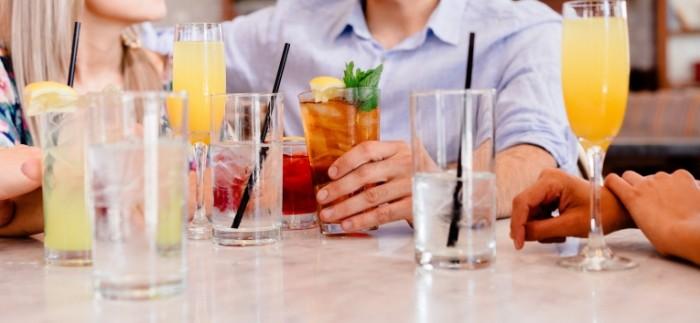 Letnie napitki kompaniya kafe Summer drinks company cafe 7341  3401 700x323 Летние напитки, компания, кафе   Summer drinks, company, cafe