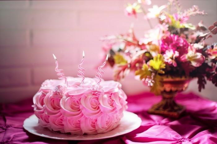 Rozovyiy tort den rozhdeniya svechi na torte Pink cake birthday candles on the cake 5760  3840 700x466 Розовый торт, день рождения, свечи на торте   Pink cake, birthday, candles on the cake