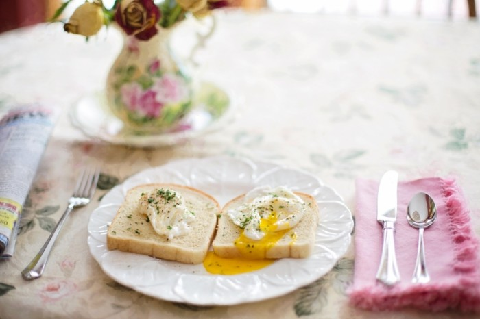 Tostyi yaytsa vsmyatku legkiy zavtrak Toasts soft boiled eggs light breakfast 5760  3840 700x466 Тосты, яйца всмятку, легкий завтрак   Toasts, soft boiled eggs, light breakfast