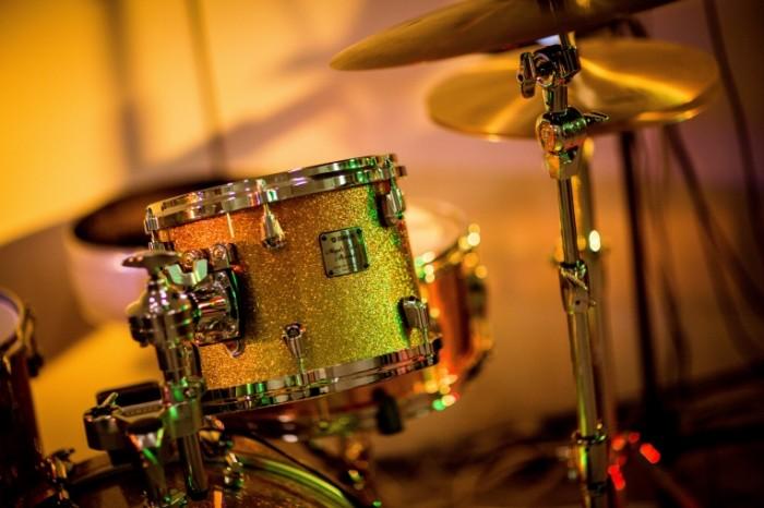 Barabannaya ustanovka udarnyie zolotyie barabanyi Drum set drums gold drums 5670h3840 700x466 Барабанная установка, ударные, золотые барабаны   Drum set, drums, gold drums