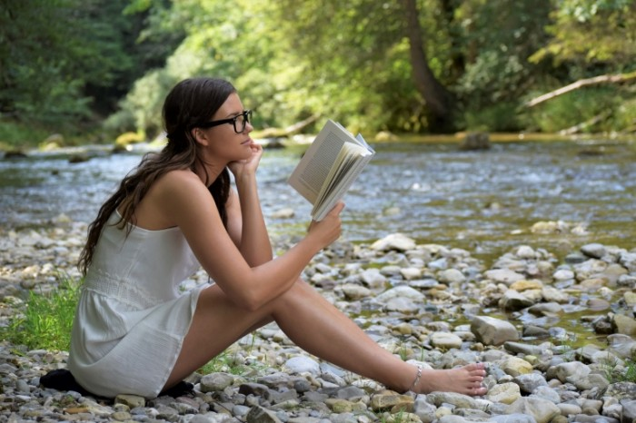 Devushka s knigoy u reki letniy otdyih Girl with a book by the river summer vacation 6000  4000 700x466 Девушка с книгой у реки, летний отдых   Girl with a book by the river, summer vacation
