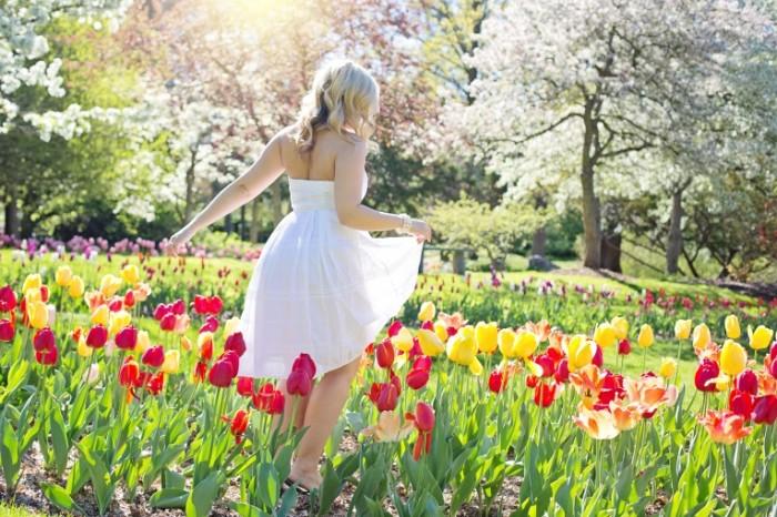 Devushka sredi tyulpanov lug Gollandiya Girl among tulips meadow Holland 5376  3584 700x466 Девушка среди тюльпанов, луг, Голландия   Girl among tulips, meadow, Holland