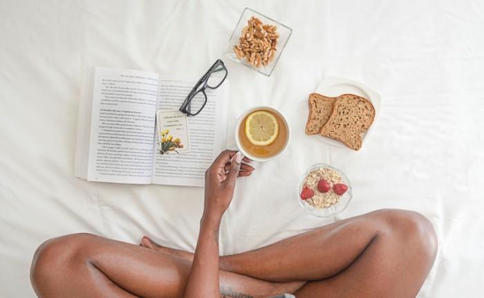 Legkiy zavtrak v krovati dieta utro Light breakfast in bed diet morning 5102h3151 700x431 Легкий завтрак в кровати, диета, утро   Light breakfast in bed, diet, morning