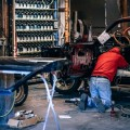 Мускул кар в автомастерской, автомеханик - Muscle car in a car repair shop, auto mechanic