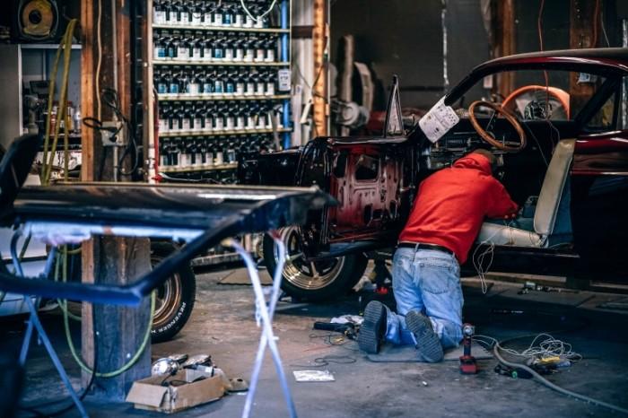 Muskul kar v avtomasterskoy avtomehanik Muscle car in a car repair shop auto mechanic 6000h4000 700x466 Мускул кар в автомастерской, автомеханик   Muscle car in a car repair shop, auto mechanic