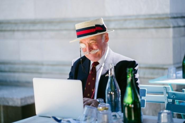 Pensioner starik ulyibka dobrota pensioner za kompyuterom Retired old man smile kindness retired computer 7611h5076 700x466 Пенсионер, старик, улыбка, доброта, пенсионер за компьютером   Retired, old man, smile, kindness, retired computer