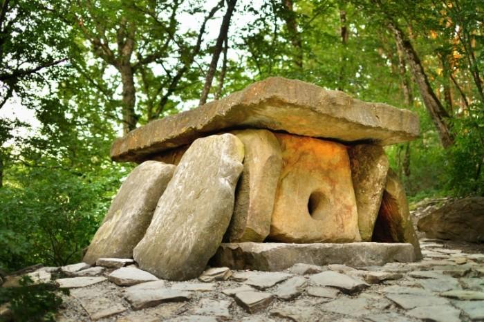 Peshhera iz kamney dolmenyi zagadka Cave of stones dolmens mystery 7360  4912 700x466 Пещера из камней, дольмены, загадка   Cave of stones, dolmens, mystery