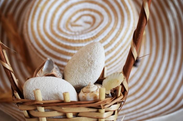 Plyazhnyie kameshki rakovinyi shlyapa otdyih Beach pebbles shells hat rest 6000  4000 700x466 Пляжные камешки, раковины, шляпа, отдых   Beach pebbles, shells, hat, rest