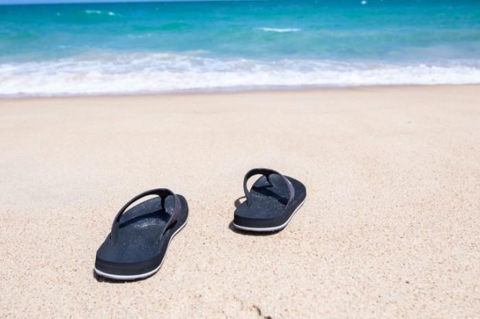 Plyazhnyie tapochki shlepantsyi pesok okean plyazh Beach slippers slippers sand ocean beach 5808  3872 700x466 Пляжные тапочки, шлепанцы, песок, океан, пляж   Beach slippers, slippers, sand, ocean, beach
