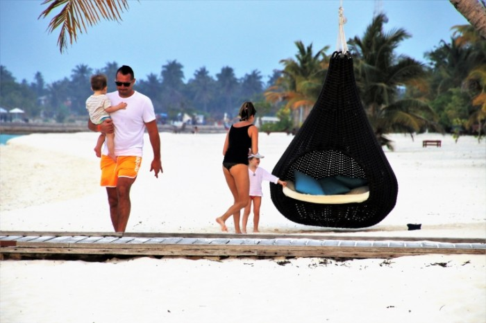 Semya plyazh belyiy pesok maldivyi Family beach white sand maldives 6000  4000 700x466 Семья, пляж, белый песок, мальдивы   Family, beach, white sand, maldives