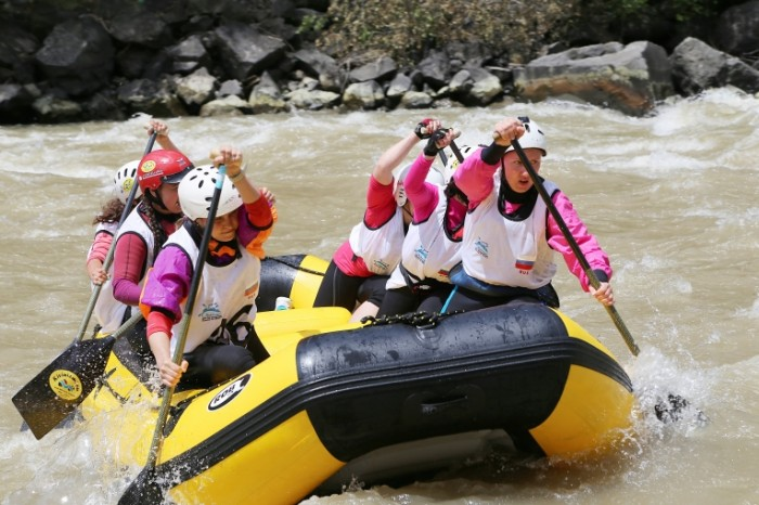 Splav po gornoy reke e`kstremalnyiy turizm Rafting on the mountain river extreme tourism 5472  3648 700x466 Сплав по горной реке, экстремальный туризм   Rafting on the mountain river, extreme tourism
