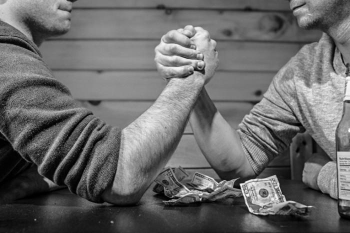 Spor armrestling protivostoyanie Controversy arm wrestling confrontation 5472  3648 700x466 Спор, армрестлинг, противостояние   Controversy, arm wrestling, confrontation