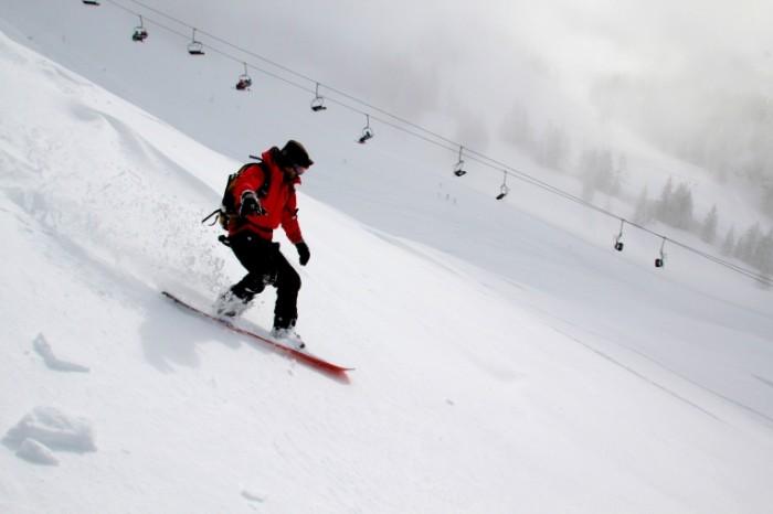 Spusk na snouborde po sklonu goryi Descent on a snowboard on a mountainside 5184  3456 700x466 Спуск на сноуборде по склону горы   Descent on a snowboard on a mountainside