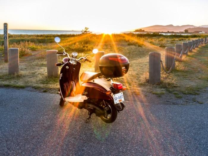 Starinnyiy moped zakat pole Ancient moped sunset field 8272h6200 700x524 Старинный мопед, закат, поле   Ancient moped, sunset, field
