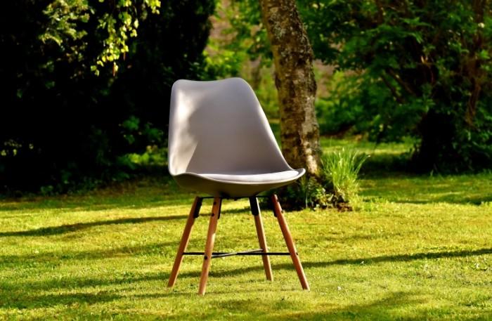 Stul v sadu letniy otdyih chair in the garden summer vacation 5916  3872 700x457 Стул в саду, летний отдых   chair in the garden, summer vacation