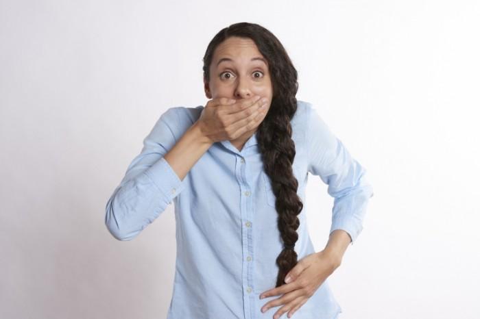 Udivlenie nelovkost shokirovannaya devushka Wonder awkwardness shocked girl 7360  4912 700x466 Удивление, неловкость, шокированная девушка   Wonder, awkwardness, shocked girl