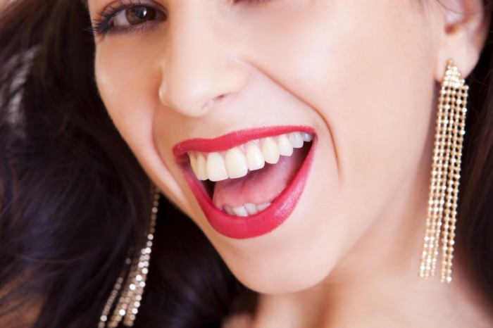 Ulyibka belyie zubyi devushka stomatologiya Smile white teeth girl dentistry 5616  3744 700x466 Улыбка, белые зубы, девушка, стоматология   Smile, white teeth, girl, dentistry