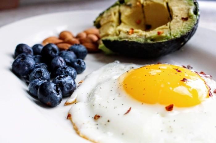 YAytso chernika avokado zavtrak Egg blueberry avocado breakfast 4898h3265 700x465 Яйцо, черника, авокадо, завтрак   Egg, blueberry, avocado, breakfast