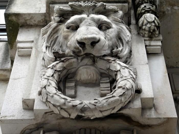 Barelef lev s lavrovyim venkom Bas relief a lion with a laurel wreath 5148h3888 700x524 Барельеф, лев с лавровым венком   Bas relief, a lion with a laurel wreath