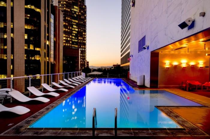 Basseyn na kryishe penthaus otel v neboskrebe Roof pool penthouse hotel in a skyscraper 7360h4912 700x466 Бассейн на крыше, пентхаус, отель в небоскребе   Roof pool, penthouse, hotel in a skyscraper