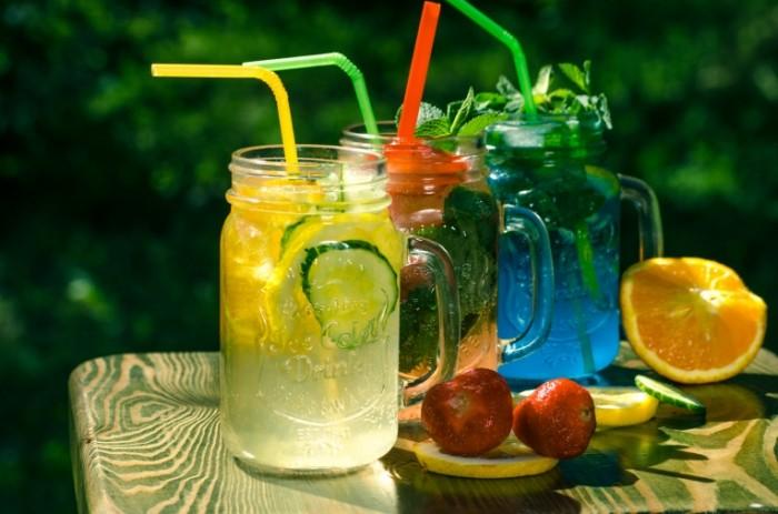 Fruktovyiy chay sok banki s ruchkami fresh Fruit tea juice jars with handles fresh 4928  3264 700x463 Фруктовый чай, сок, банки с ручками, фрешь   Fruit tea, juice, jars with handles, fresh