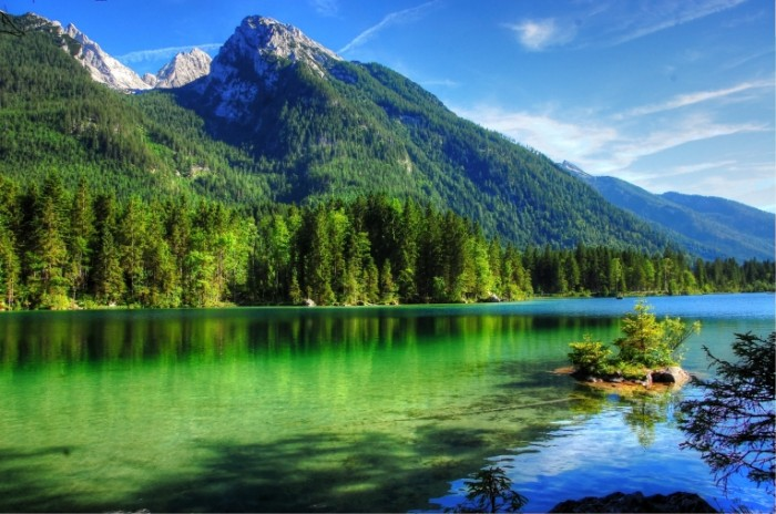 Горное озеро, дикая природа гор, склон   Mountain lake,  wild nature of the mountains, the slope