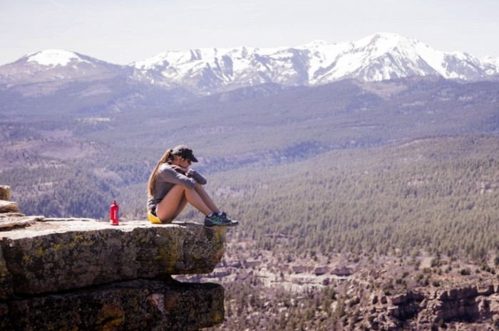 Горы, фитнес, на краю скалы, девушка   Mountains, fitness, on the edge of the cliff, girl