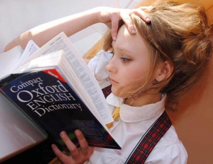 Izuchenie angliyskogo devushka chitaet knigu Learning English a girl reading a book 4239h3267 700x538 Изучение английского, девушка читает книгу   Learning English, a girl reading a book