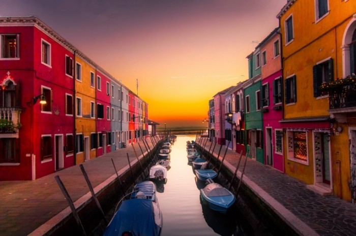 Канал, пристань между домами, венеция   Canal, pier between houses, venice