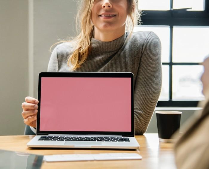 Mokap devushka s noutbukom e`kran noutbuka Mocap girl with laptop laptop screen 4000h3241 700x566 Мокап, девушка с ноутбуком, экран ноутбука   Mocap, girl with laptop, laptop screen