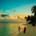Пара, прогулка на закате по побережью - Couple walking at sunset along the coast