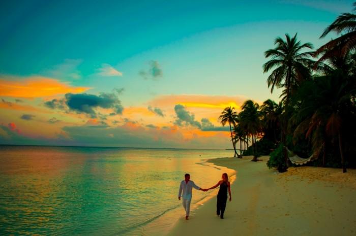 Пара, прогулка на закате по побережью   Couple walking at sunset along the coast