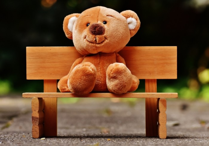 Plyushevyiy medved na skameyki igrushka Plush bear on benches toy 5217h3469 700x489 Плюшевый медведь на скамейки, игрушка   Plush bear on benches, toy