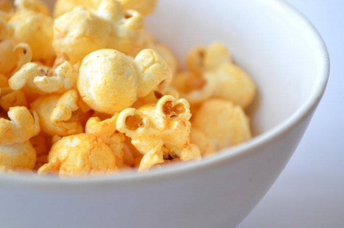 Popkorn zakuska makro tarelka Popcorn appetizer close up plate 4928  3264 700x463 Попкорн, закуска, макро, тарелка   Popcorn, appetizer, close up, plate