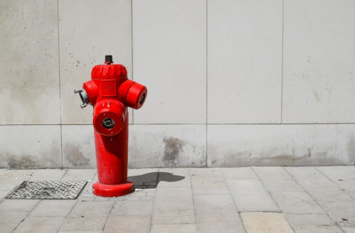 Pozharnyiy gidrant gorod beton Fire hydrant city concrete 5761h3748 700x459 Пожарный гидрант, город, бетон   Fire hydrant, city, concrete