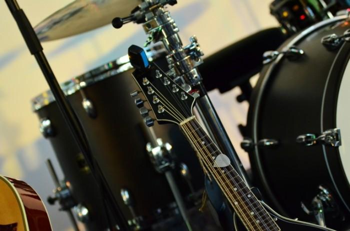Udarnaya ustanovka gitara e`stradnyie instrumentyi Drum set guitar variety instruments 4928  3264 700x463 Ударная установка, гитара, эстрадные инструменты   Drum set, guitar, variety instruments