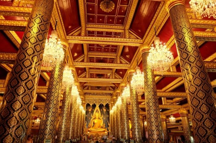 Золотые колонны, зал буддийского храма, статуя будды   Golden pillars, the hall of a Buddhist temple, a Buddha statue