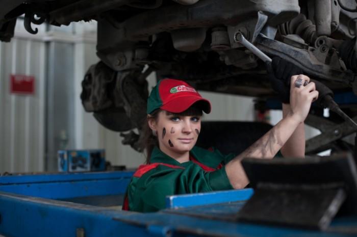 Avtoservis remont mashinyi. devushka Car service car repair. girl 5616h3744 700x466 Автосервис, ремонт машины, девушка   Car service, car repair girl