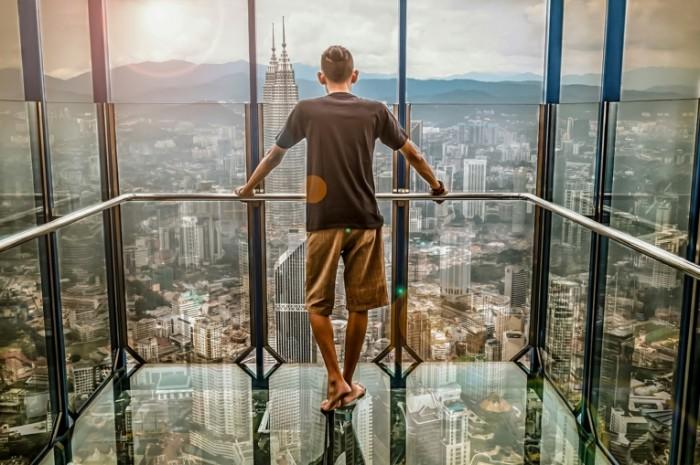Человек на смотровой площадке небоскреба   Man on the skyscraper observation deck