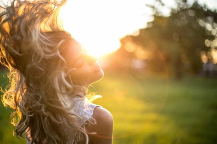 Девушка блондинка в лучах солнца   Blonde girl in the sun