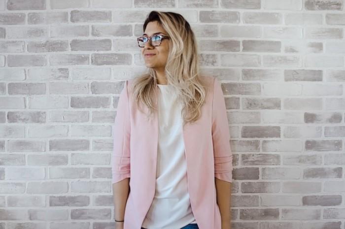 Девушка, блондинка в очках, стена, лофт   Girl, blonde with glasses, wall, loft